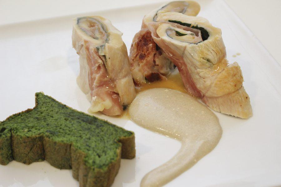Caracolas de ave rellenas y salsa de mostaza con pan de espinacas