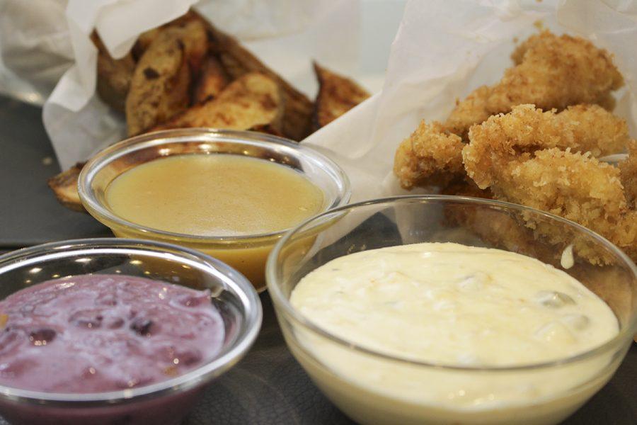 Fingers de pollo empanados con 3 salsas y patatas especiadas