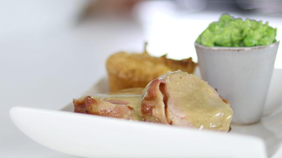 Solomillo de cerdo con puré de guisantes, Yorkshire pudding y salsa de mostaza