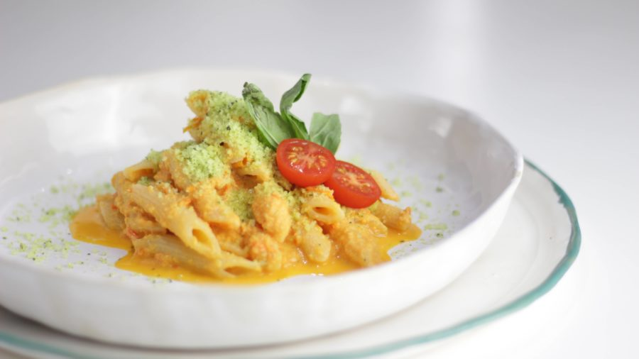 Pasta con salsa cremosa de cherrys y parmesano verde